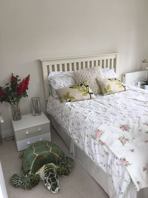 Cosy double room with French doors on to the garden