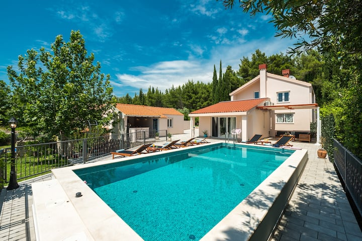 Luxury Vila Divina with large plot and heated pool