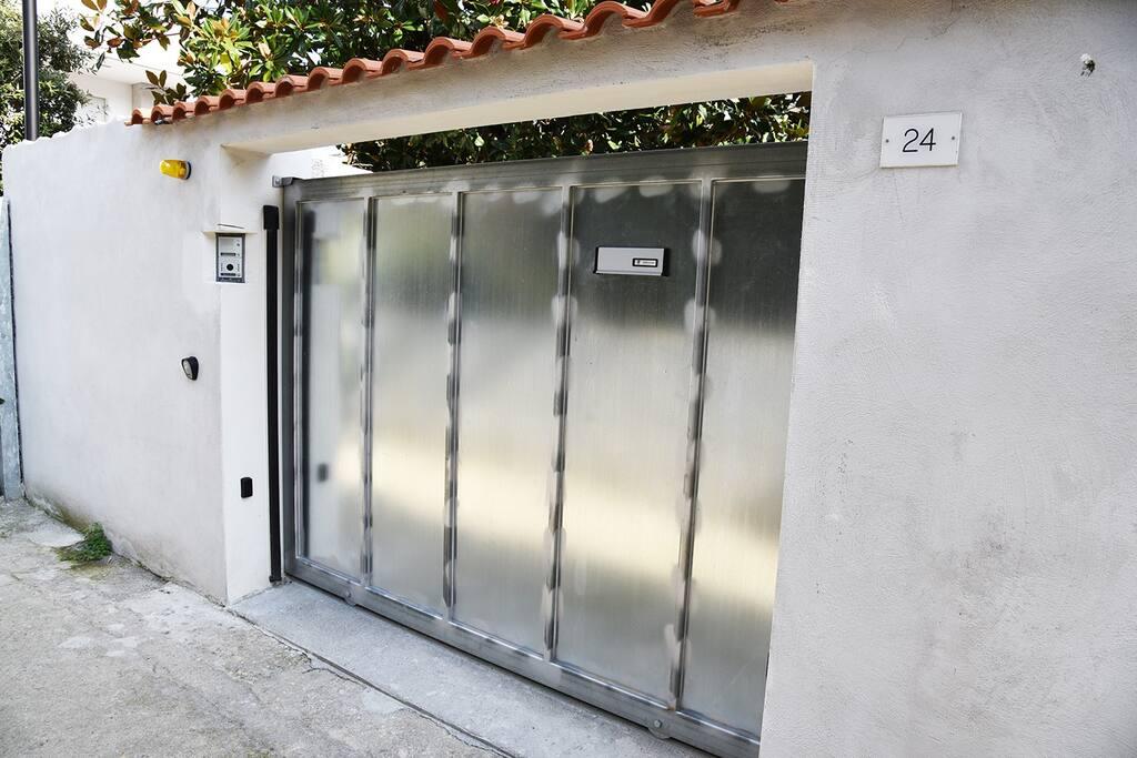 - Ingresso villino.  - Detached house entrance.  - Entrée au chalet.