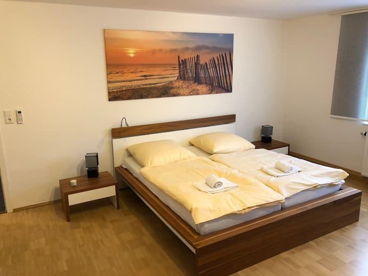 geräumiges Zimmer mit Klimaanlage