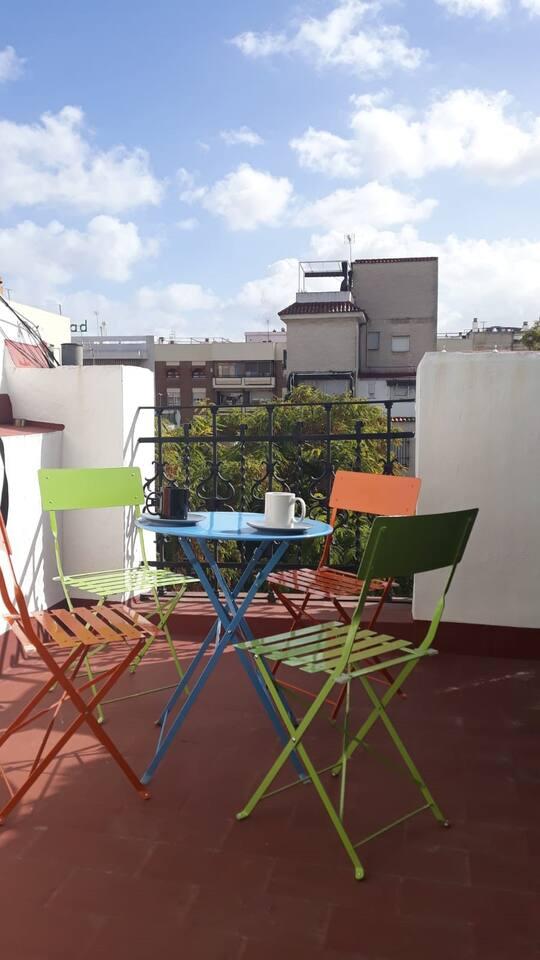 Disfruta del maravilloso clima de Sevilla a cualquier hora en la magnífica terraza privada