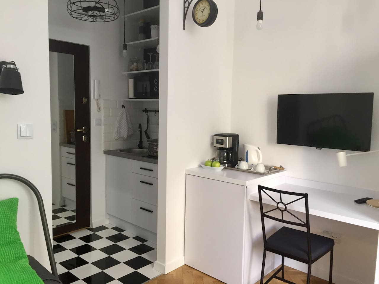 Workspace with LED lamp and induction charger. Cable TV and fast WiFi internet for guests. Have some fruit or brew yourself a cup of coffee. The washing machine and fridge are discreetly hidden. This space is  great for longer periods of stay.