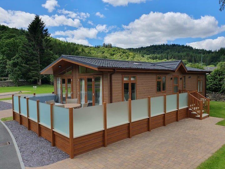New Luxury Lodge with private Hot Tub