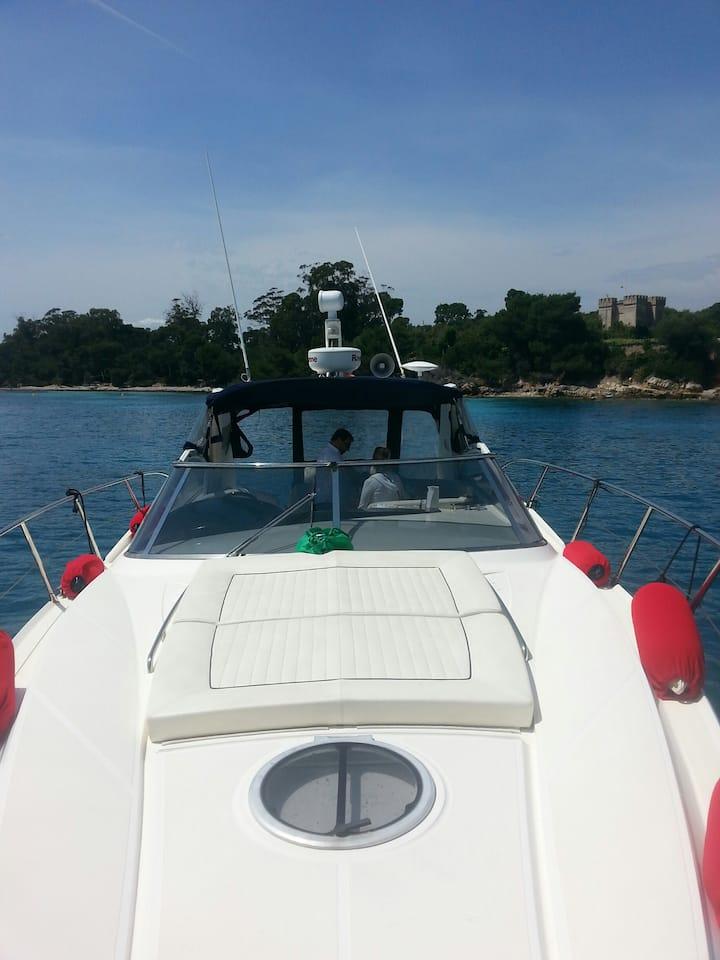 Yacht 14 m / 750 ch. - 4 couchages . Avec skipper