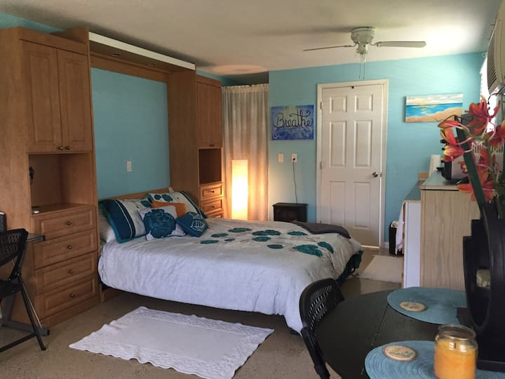Cozy nook, 5 miles from beaches, close to Boca