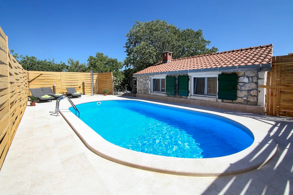 Private swimming pool behind the house