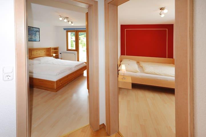 Beide Schlafzimmer mit großen Betten