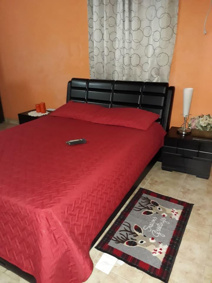 Alcoba con cama doble