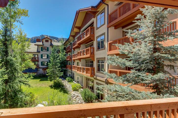 Lovely ski-in/out condo w/ community hot tub, pool & Club Solitude access!