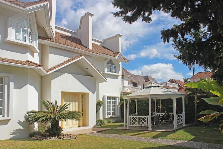 Casa ideal p/10 en zona residencial cerca centro!