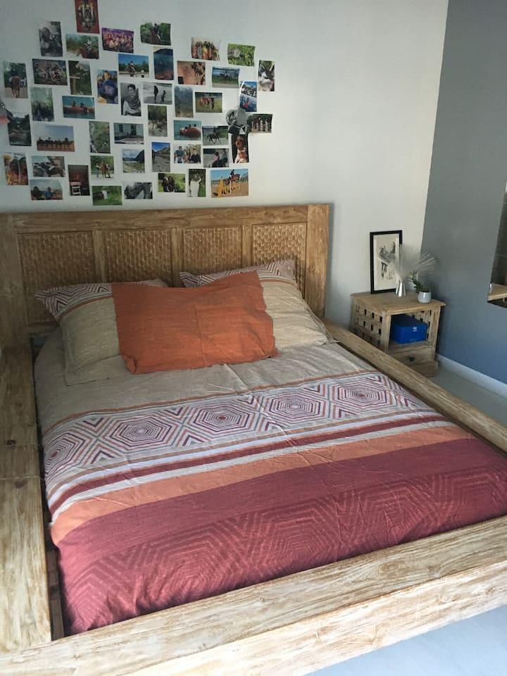 Grande CHAMBRE avec grand lit et coin bureau