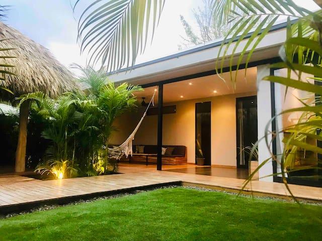 Villa Lior-Modern 2bd+YogaRoom. 3 min beach walk.