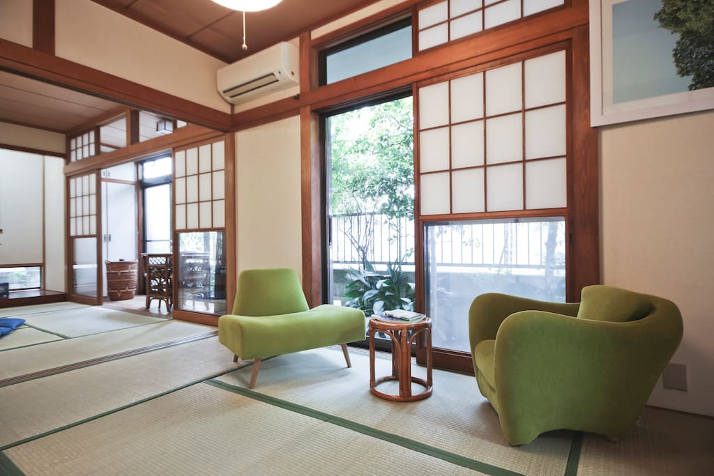 You can enjoy chatting or reading by your private garden on the IDÉE chairs (Designer furniture brand from Japan).