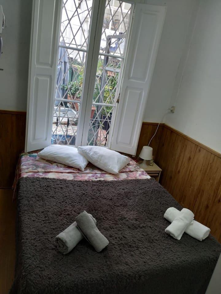La habitación que da la ventana en la terraza