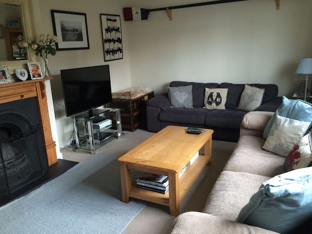 Family home 7 minutes walk to Henley. Sleeps 6