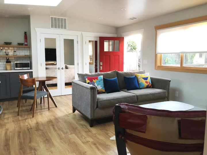Stylish Rockridge Cottage - Full Amenities / Quiet