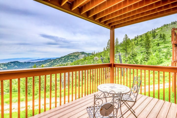 Comfy condo with a shared hot tub, a deck & ski-in/ski-out access