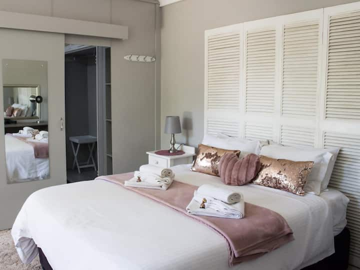 Gemstone Guesthouse - Crystal Deluxe Suite