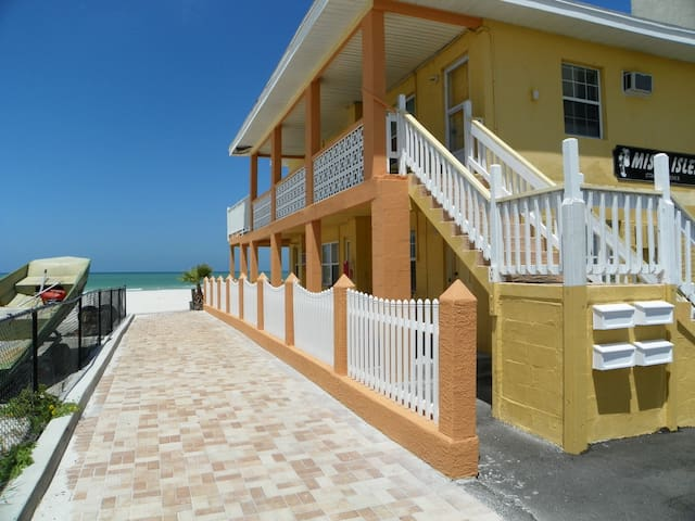 Cozy Beachfront Cottage #1 - Redington Shores - Apartment