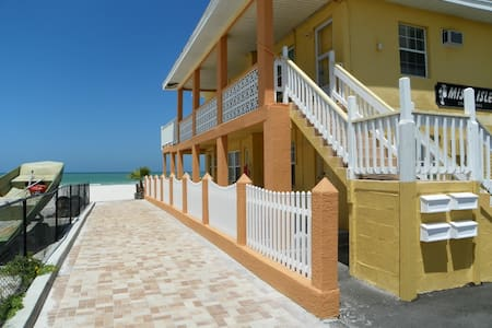 Cozy Beachfront Cottage #1 - Redington Shores - Apartament