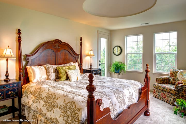 This Cozy Suite, With grand four-post king pillow-top bed, has the sunniest & most panoramic views of The Estate. The French door leads to a balcony with a Southern view of the entire mansion.