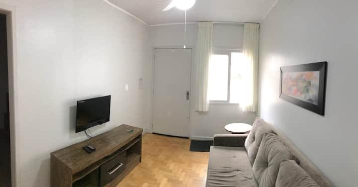 Casa no interior de prédio com ótima localização