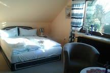 Zimmer 1 als 2-Bettzimmer mit zusätzlicher Doppelbettliege zusätzliche  und Sitzecke