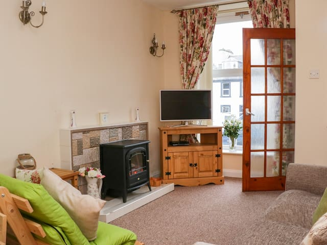 THE OLD BAKERY, pet friendly, with a garden in Whithorn, Ref 980548