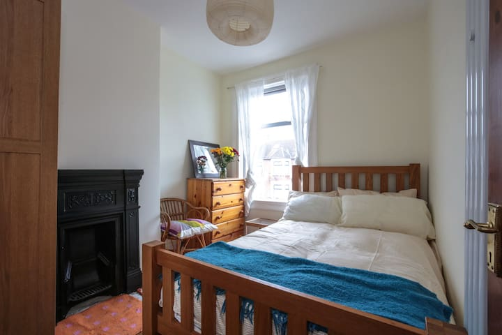 Medium size room - double bed - Ilford - House