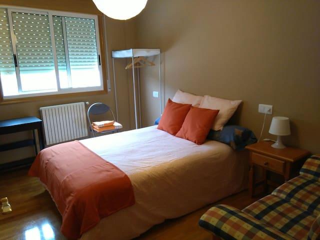 Alquilo habitacion exterior  y baño - Burela - Apartemen
