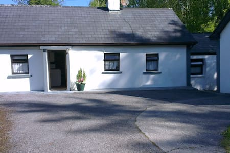 Secluded cottage on 2 acres of land - Caherlistrane - Bungalov