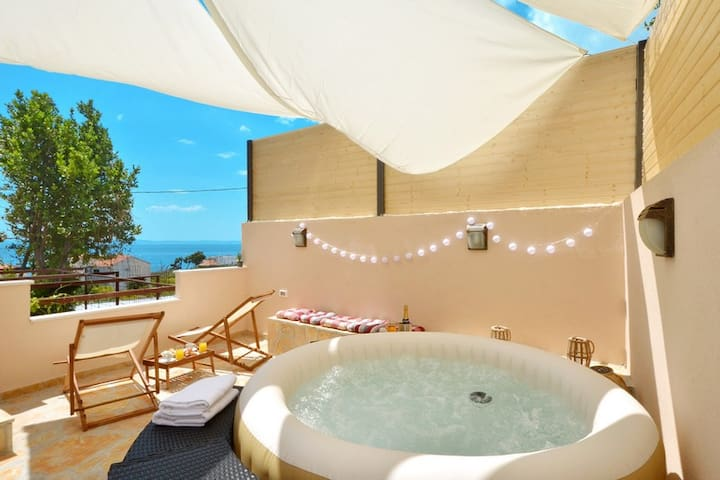 Hedonist V-apartment in Podstrana with the hot tub