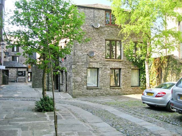 9 CAMDEN BUILDING, family friendly in Kendal, Ref 17785