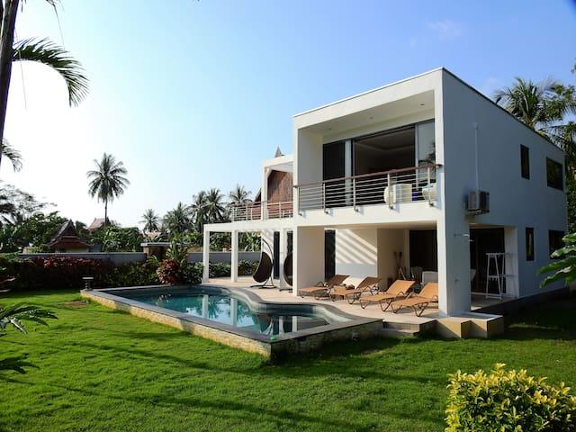 Private villa by the sea -Free Toyota Fortuner!