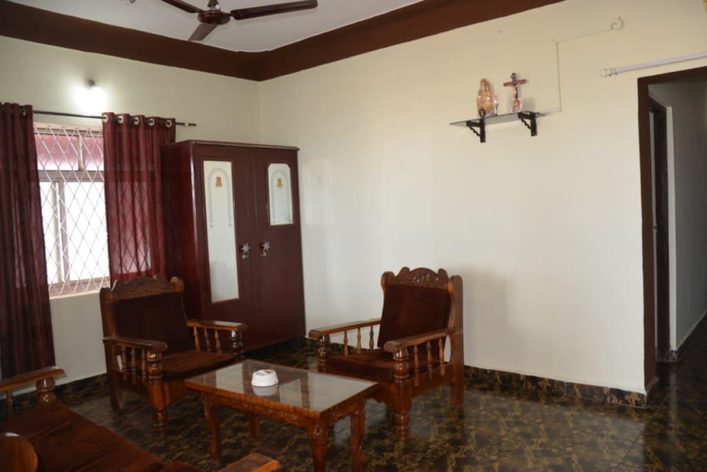Гостиная. Вид от входа в дом