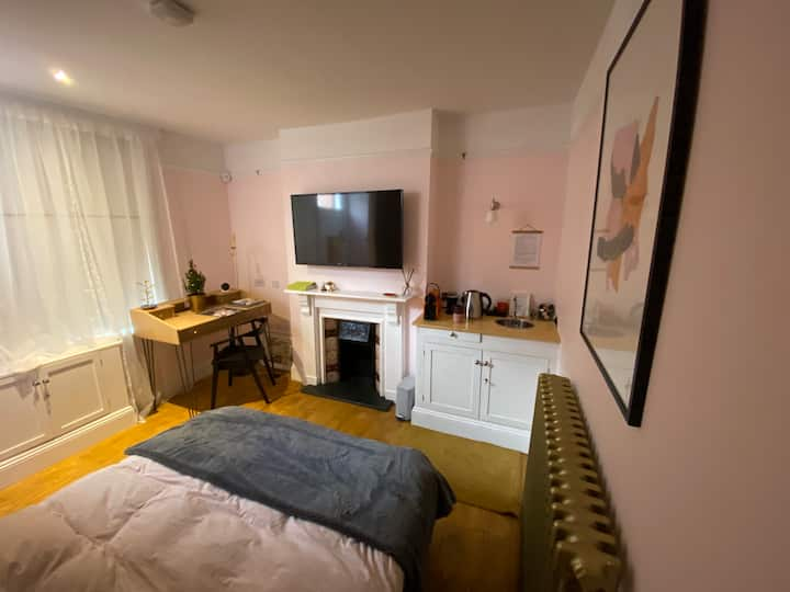 Private Studio with Bedroom, Hall and Bathroom
