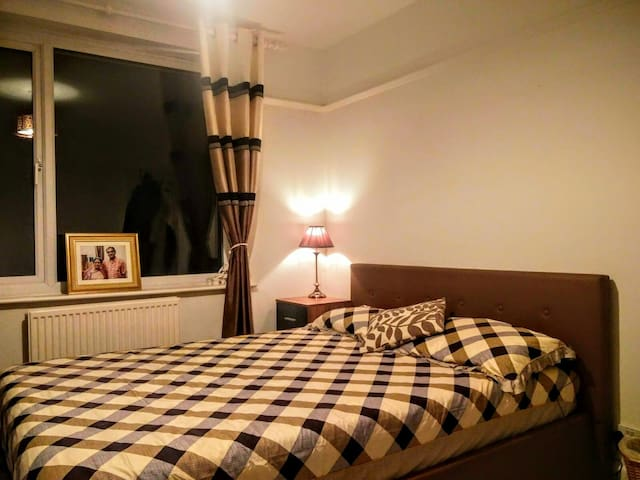 Cozy kingsize room in lovely house, great location