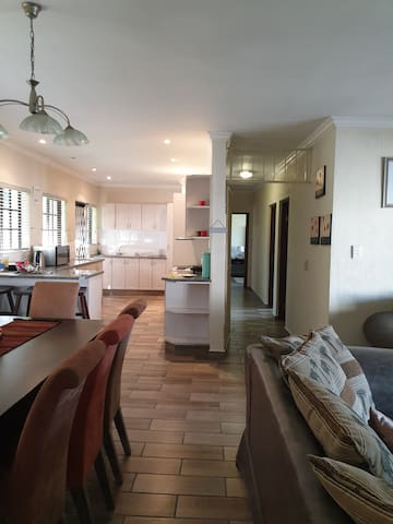 Spacious 3 bed family holiday home 5 min to beach