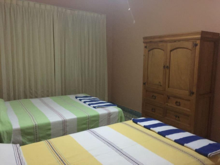 Recamara con 1 cama matrimonial y 1 cama individual