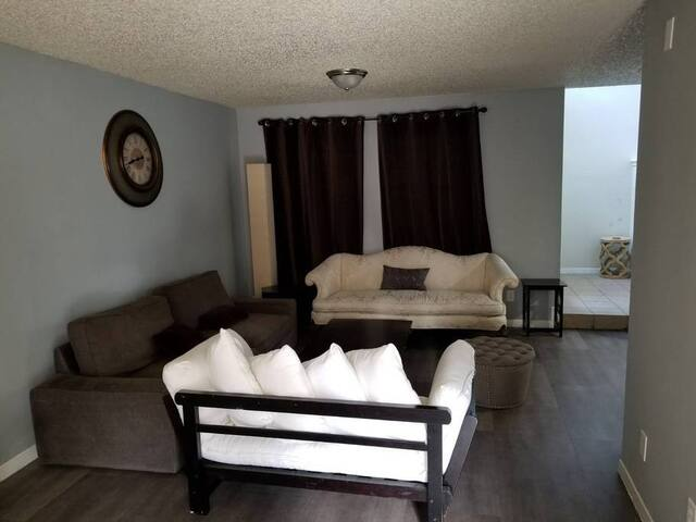 Entire cozy Townhome Ideal for friends and family