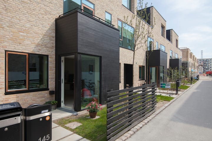 Family-friendly townhouse by harbor