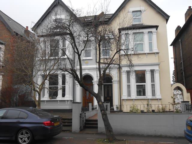 Lovely Suburban House,Garden & Cat - Zone 3 - - Lontoo - Talo