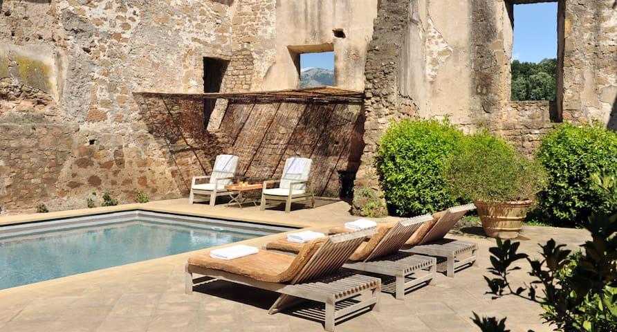 Lussuoso castello medievale con piscina