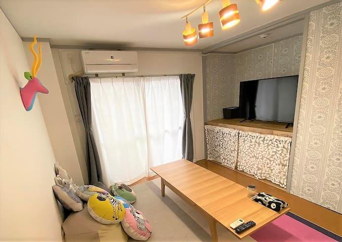 リビングにあるテレビは50インチの大きさ。テーブルは長さを調整できるエクステンションテーブルなので人数に応じて120cm-180cmに調整できます。