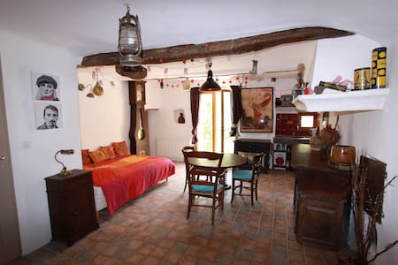 quiet room in medieval village - Puget-Rostang