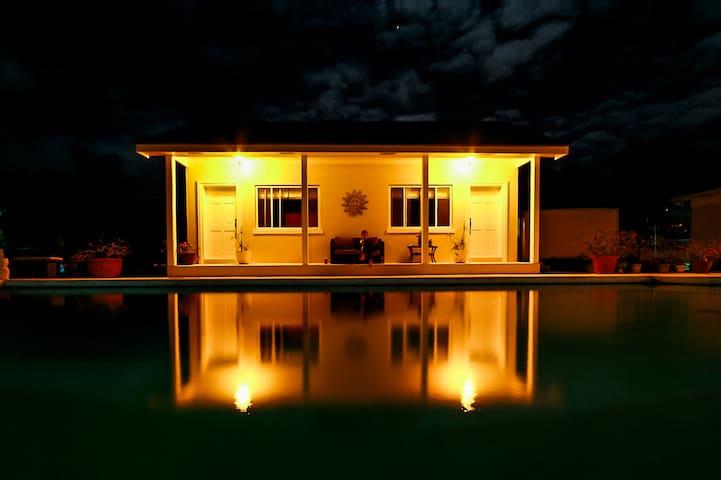 Charming Poolside Cottage - Nassau - Houten huisje