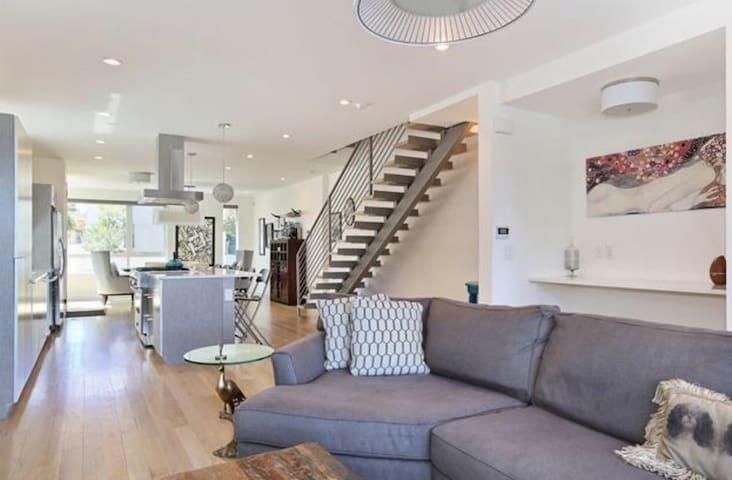 Modern, spacious, natural light, new smart home! - Denver - Hus