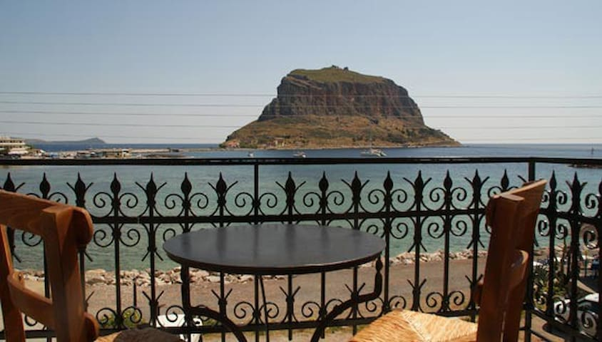 Room with balcony with great view - Monemvasia - Rumah Tamu
