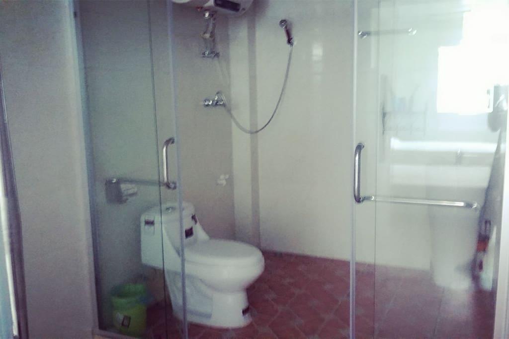 独立的卫生间,淋浴,马桶,柱盆,全天候热水