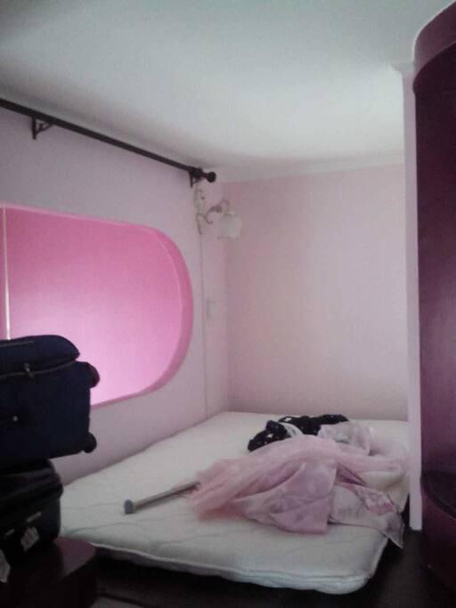 小房间,有窗户